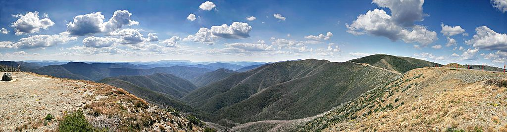 The Great Dividing Range as seen from Mt Hotham. Photo by fir0002 | flagstaffotos.com.au via Wikimedia Commons.